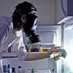 Как быстро избавиться от запаха в холодильнике?