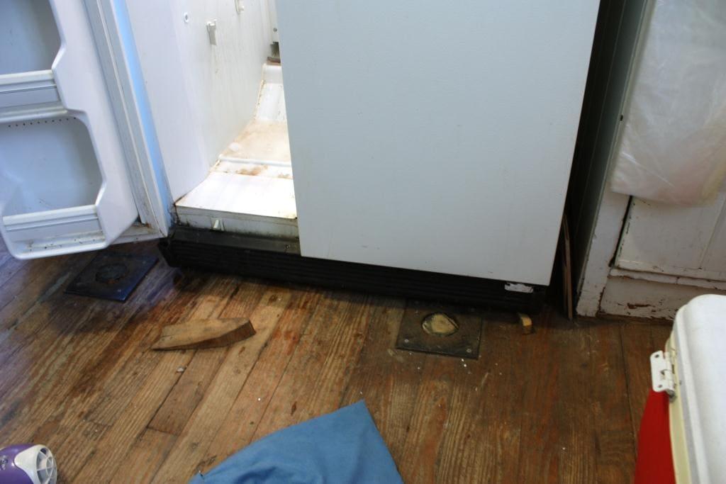 Холодильник течет внизу