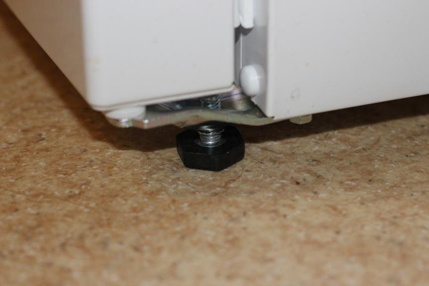 поднять передние ножки холодильника