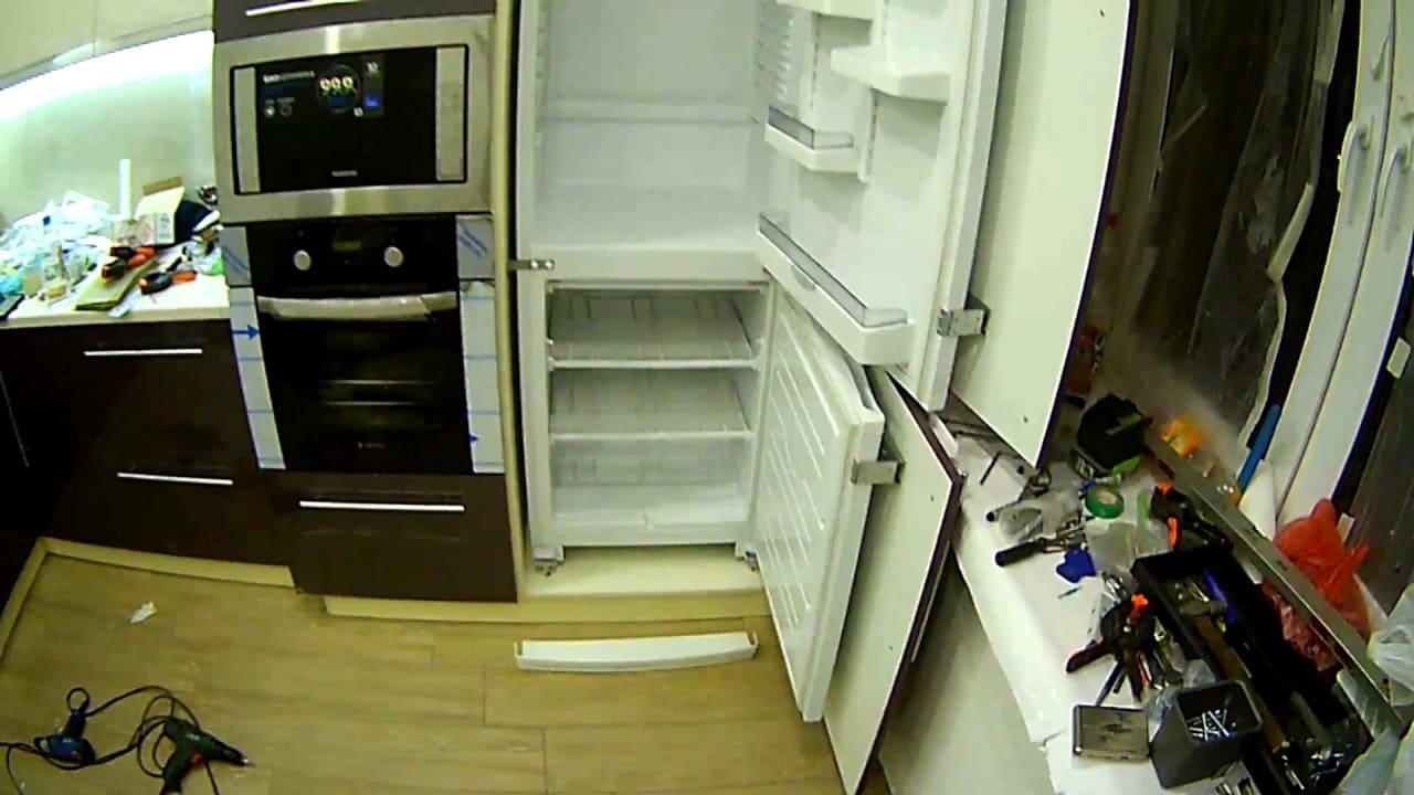встроить обычный холодильник в шкаф